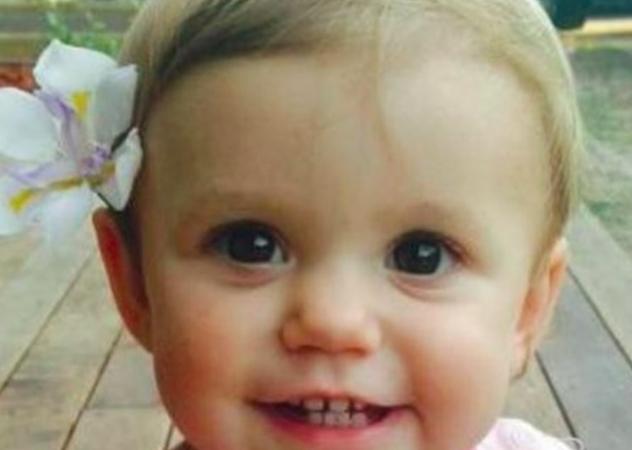 Una beba se tragó una pila, los médicos no le creyeron a los padres y la nena murió