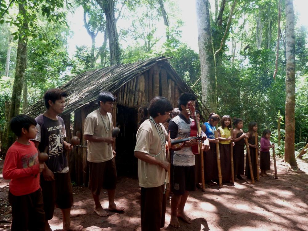 Festival del Litoral: Ramón Ayala lucirá un Poncho M'bya diseñado por Alicia Nachiornuk en homenaje a la cultura guaraní