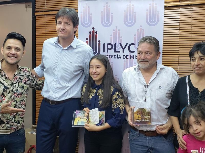 """Iplyc Social entregó material discográficoa la primera finalista de """"Nuestros Talentos"""""""