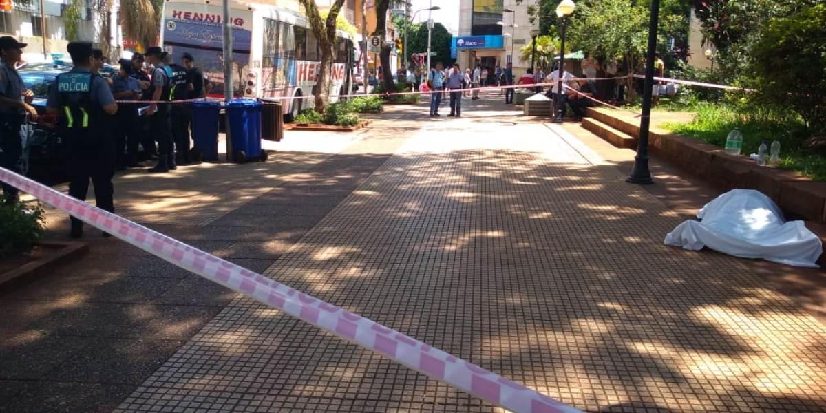 Posadas: anciano se descompensó y murió casi al instante en plena plaza 9 de Julio