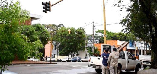 Empleados de la Comuna posadeña reparan semáforos afectados por las tormentas