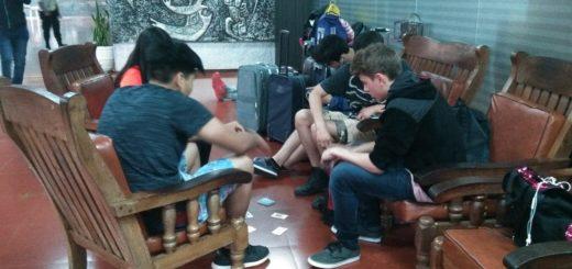 Estudiantes de Neuquén quedaron varados por la cancelación de un vuelo y pasarán la noche en el aeropuerto de Posadas