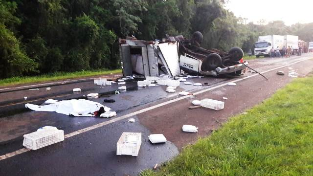 Un fallecido y dos heridos tras volcar una camioneta remolcada sobre ruta 12