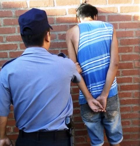 Sorprendieron a un joven intentando llevarse una batería de moto y fue detenido