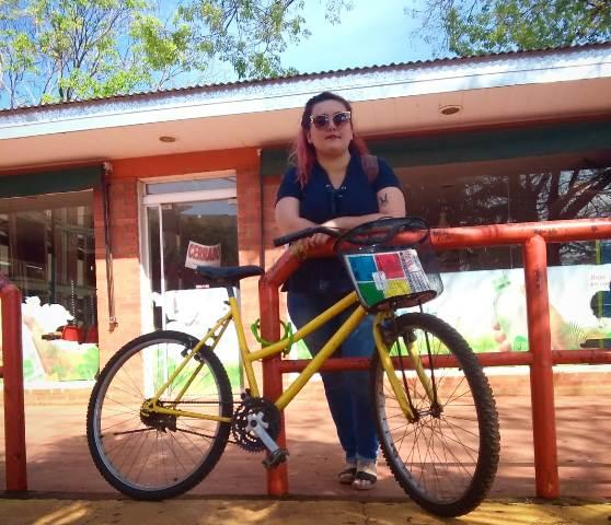 El ingenio ante la falta de trabajo: posadeña ofrece hacer trámites y mandados en bici