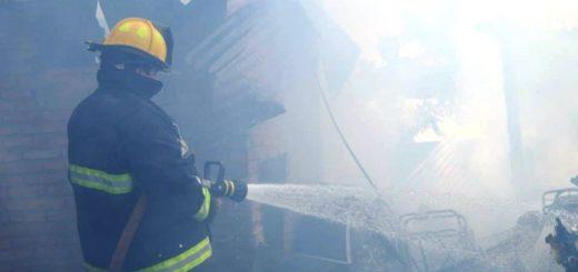 Incendio consumió por completo una vivienda en Puerto Iguazú