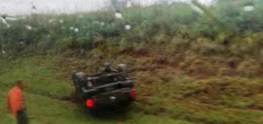En medio de la lluvia, se despistó y volcó una camioneta entre Oberá y Campo Viera