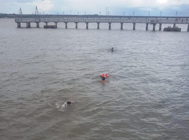 """Rescate en la Costanera de Posadas: """"No pensamos lo que podía pasar y decidimos sacar a los dos chicos que se estaban ahogando»"""