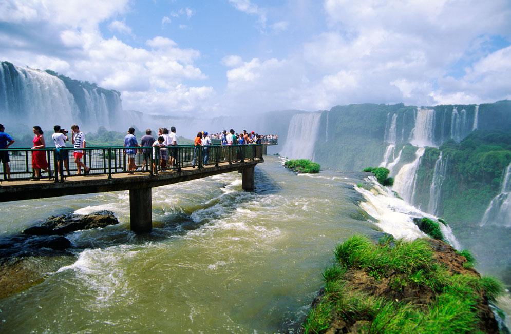 Los viajes de argentinos al exterior cayeron un 10 por ciento mientras que la llegada de turistas extranjeros creció 11 por ciento