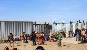 Los migrantes apostados en la frontera entre México y EEUU intentaron trasponer la valla