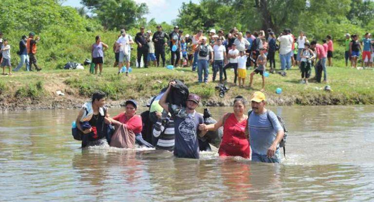 Nueva caravana migratoria cruzó el río que separa a Guatemala de México, en su camino a EEUU