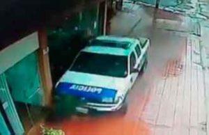 La Policía investiga el choque de un patrullero contra un comercio