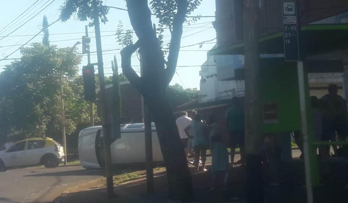 Choque y vuelco en Posadas: hubo daños, pero no heridos