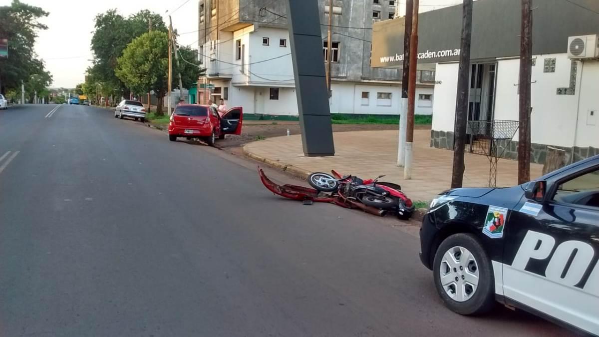 Una motociclista terminó hospitalizada en Posadas tras chocar contra un auto