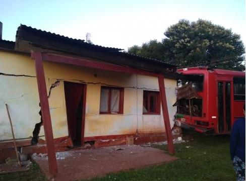 Campo Viera: colectivo de tareferos quedó sin frenos y chocó contra una vivienda