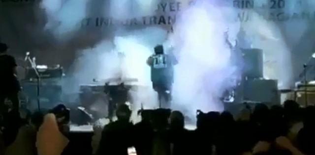 Video: el instante en que el tsunami arrasó un recital en Indonesia