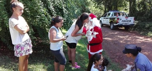 Papá Noel solidario de la UR-VI recorrió barrios de Alem y mimó a los más pequeños