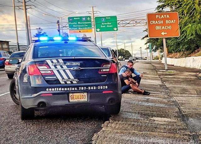 La historia detrás de la foto viral del policía que consuela a un hombre en la calle