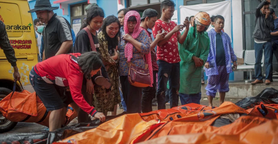 El tsunami «volcánico» en Indonesia dejó al menos 222 muertos y 843 heridos