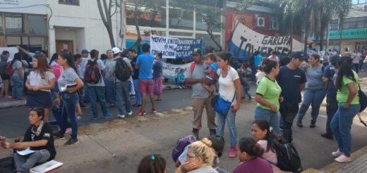 Agrupaciones sociales se manifiestan desde ayer en Posadas reclamando trabajo y exigiendo un bono de 4.000 pesos