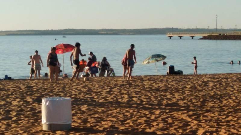 Las altas temperaturas del domingo acercaron a los posadeños hasta las playas