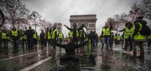 """Francia: Los """"chalecos amarillos"""" aumentan sus reclamos y piden la renuncia de Macron"""