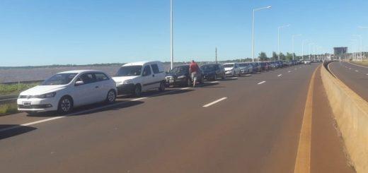 Este domingo siguen las larguísimas filas para cruzar a Paraguay desde Posadas