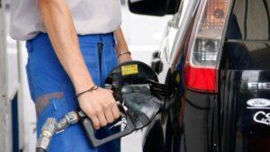 YPF anunció que bajará el precio de la nafta desde este lunes