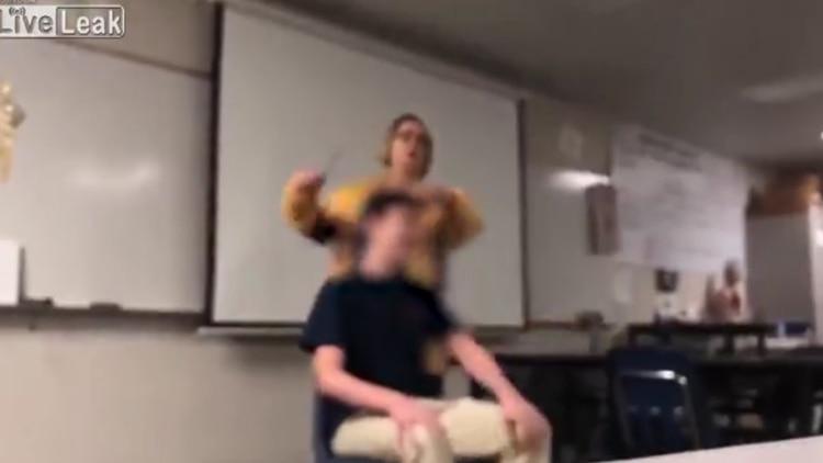 Estados Unidos: profesora le corta el cabello a sus alumnos a la fuerza mientras canta el himno