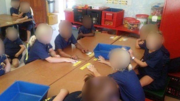 """Escándalo en Sudáfrica: investigan a una maestra que separó a sus alumnos """"por raza"""""""