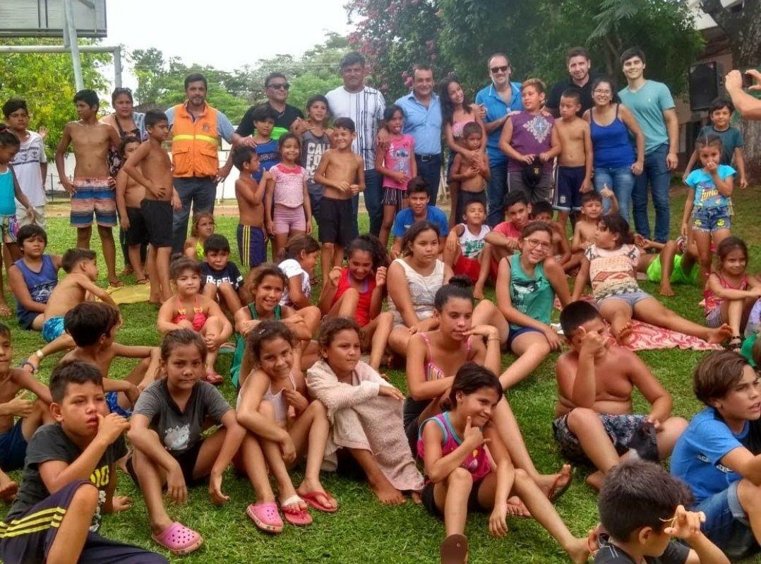 El vicegobernador Oscar Herrera Ahuad compartió un almuerzo con los niños en la colonia de vacaciones