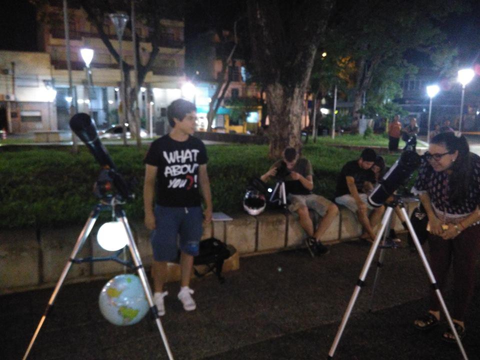 Posadas: en 77 fotos, así se vivió el eclipse lunar en la plaza San Martín