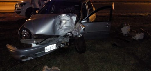 Garupá: un auto despistó y chocó contra una columna de hormigón
