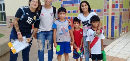 Jugadoras de la selección Argentina de fútbol entregaron juguetes en el Hospital de Niños