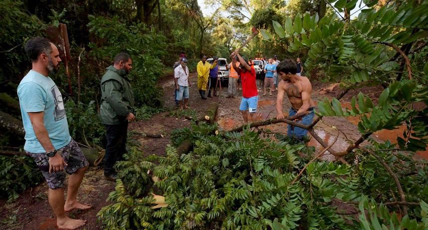 La desesperación tras el colapso de la represa en Brasil: los familiares buscan víctimas en el barro