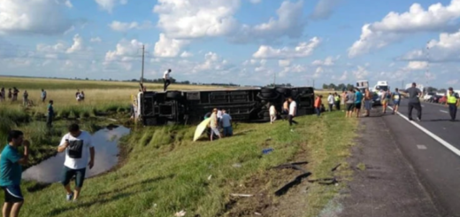 Accidente fatal: cinco muertos y 25 heridos tras volcar un micro sobre Ruta 3