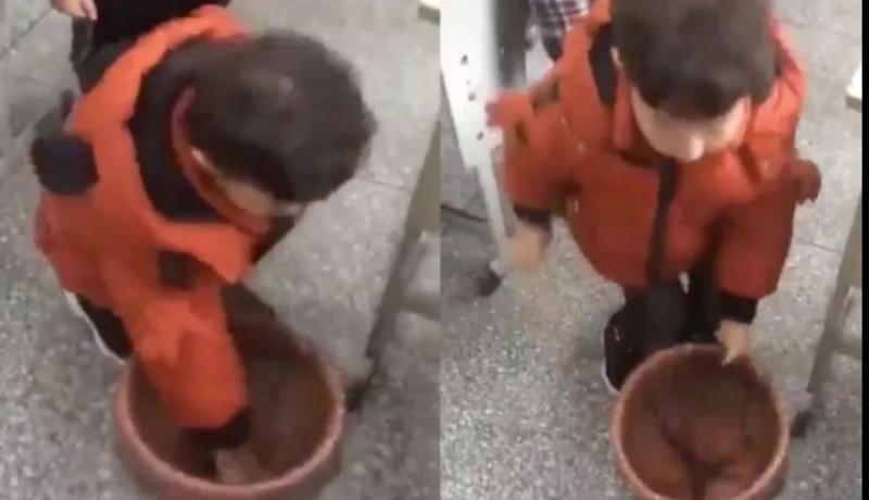 El video de un nene se volvió viral al mostrar su técnica para colocar la bolsa de basura en el tacho