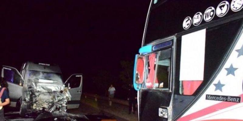 Accidente fatal en Mercedes: una mujer y su hijo de 4 años murieron tras chocar una combi contra un colectivo