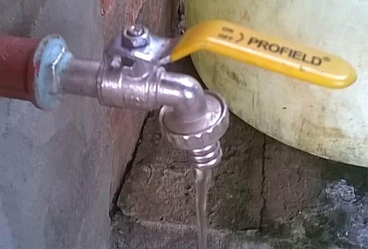 """Más de 100 familias del Barrio Cocomarola Este reclaman por la falta de agua y rechazan facturas con aumentos por un servicio que """"no tienen"""""""
