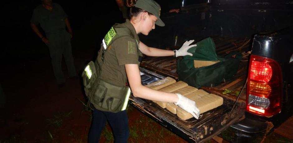 Narcos descubiertos por la GN abandonaron marihuana en la costa Colonia Victoria
