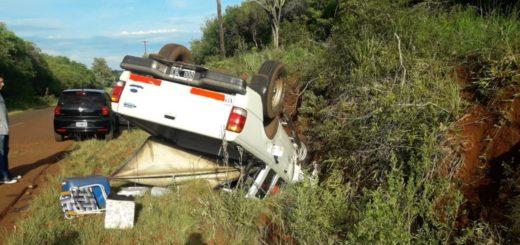 Perdió el control de la camioneta que guiaba y volcó