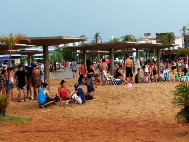 Año Nuevo: algunos desafían a la lluvia y permanecen en las playas de El Brete y Miguel Lanús