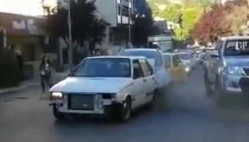 Video: un conductor acosó a cuatro chicas y fue embestido por otro automóvil que vio lo sucedido
