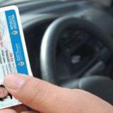 Tomar mate y usar ojotas al volante: aconsejan evitar estas prácticas para prevenir accidentes