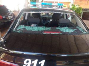 Jóvenes sorprendidos en pleno robo, atacaron a pedradas a la patrulla y lesionaron a un policía