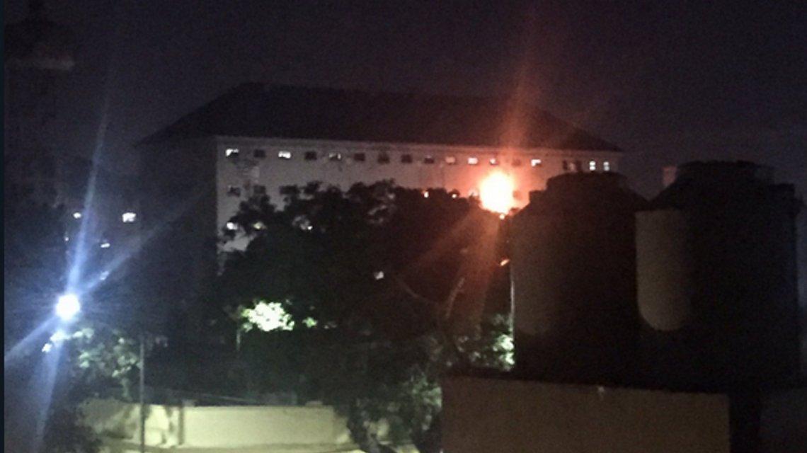 Fuegos, gritos y motín en la cárcel de Devoto: los presos protestan contra el traslado del penal a Marcos Paz