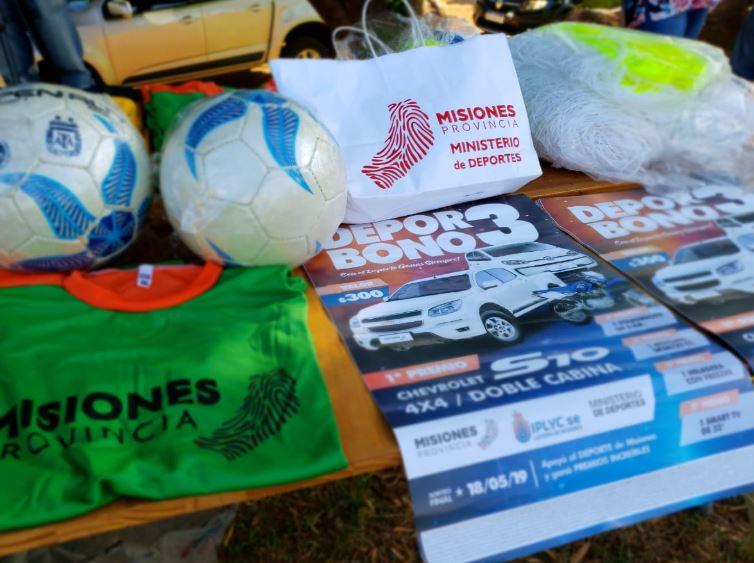 El vicegobernador, Oscar Herrera Ahuad, hizo entrega de elementos deportivos al club 1° de Mayo de Posadas