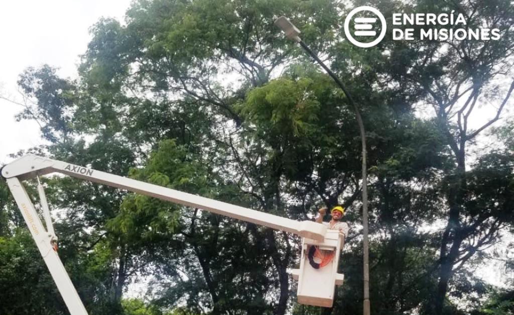 El personal de Energía de Misiones instaló nuevas luminarias LED en Puerto Iguazú