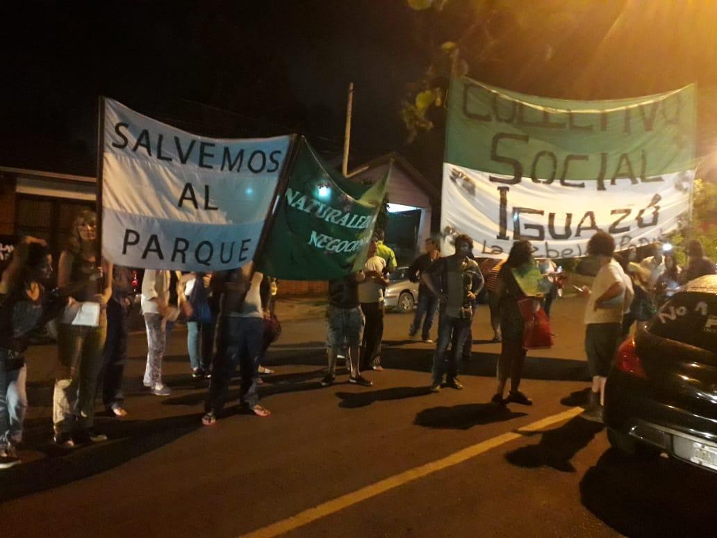 Iguazú: vecinos autoconvocados marcharon en contra de la concesión de tierras en Cataratas para capitales privados