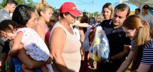 El Vicegobernador de Misiones, Oscar Herrera Ahuad visitó el Barrio Fátima y entregó Kits de Limpieza
